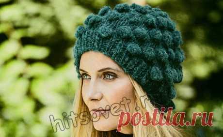 Модная женская вязаная шапка с шишечками из толстой меланжевой пряжи вяжется легко и быстро на спицах с пошаговым бесплатным описанием вязания.