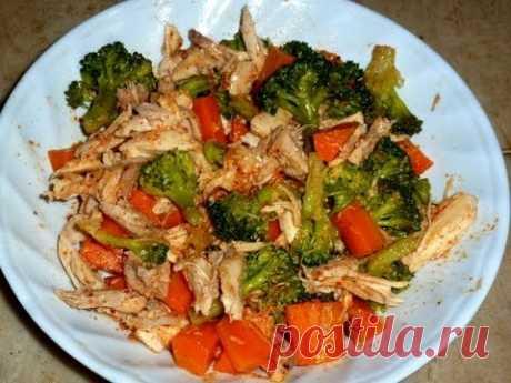 Диетический обед из курицы, брокколи и моркови