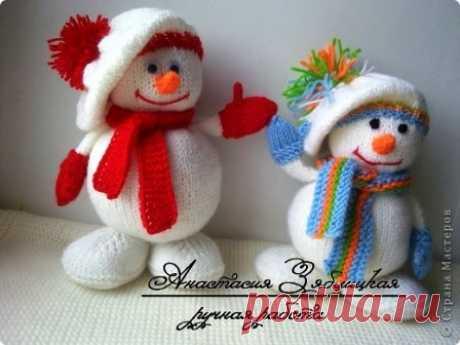 Веселые снеговики спицами! Подарок на Новый год своими руками – что может быть лучше! Ну, разве только норковая шубка. ;) Нет, серьезно, часто ломаешь голову над тем, что подарить