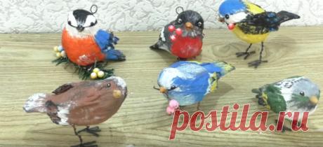 Чудесные птички из салфеток и фольги Чудесные птички из салфеток и фольгиЛюбые подручные материалы могут стать отличным материалом для творчества. Например, из обыкновенной фольги и влажных салфеток можно сделать вот таких чудесных птиче...