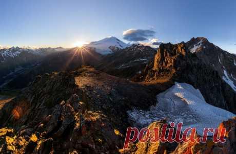 С вершины пика Иткол открывается вид на Эльбрус. Автор фото: Арсений Кашкаров.
