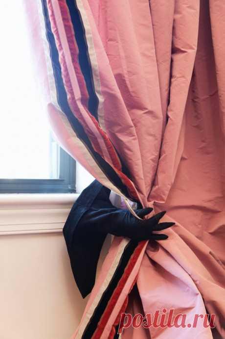 El portador para las cortinas asusta y admira