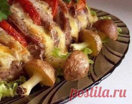 Свинина, запеченная «гармошкой», с картофельными «грибочками» / Логика моды
