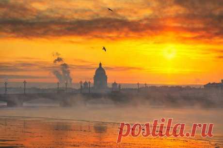 Багряный рассвет над Санкт-Петербургом. Автор фото — Эдуард Гордеев: nat-geo.ru/photo/user/116944/