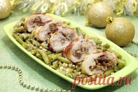 Фаршированные куриные бедра с грибами Фаршированные куриные бедра с грибами, это сочетание любимых многим вкусов. На праздничном столе, вместе с гарниром из фасоли, создадут прекрасное новогоднее настроение.