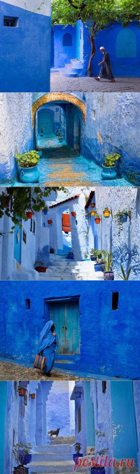 СИНИЙ ГОРОД. ШЕФШАУЕН, МАРОККО.  Город приобрёл такой вид благодаря еврейским беженцам, которые появилось здесь в 1930-е годы. Они первыми стали красить свои дома в синий – цвет, символизирующий небо и рай.  Местным жителям идея понравилась ещё и тем, что этот цвет, как многие считают, отпугивает комаров (которые стараются держаться подальше от чистой и текущей воды).