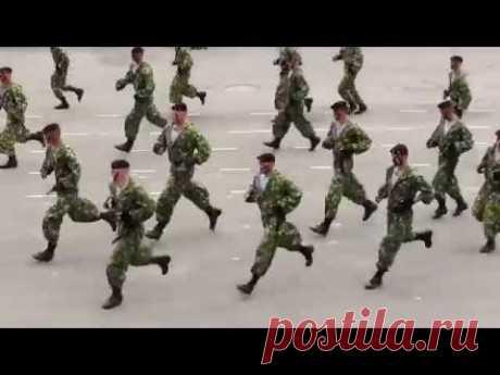 Солдаты танцуют.