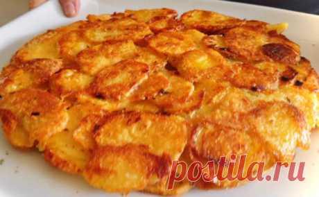 Жарим пирог только из картошки по рецепту итальянского повара - медиаплатформа МирТесен Вместо привычной, но изрядно надоевшей жареной и печеной картошки, ее можно приготовить словно пирог. Показал интересный, но простой рецепт итальянский повар. Самое приятное, что никаких: нужна картошка, немного муки и обычная сковородка. 1,2 килограмма картошки чистим и сразу нарезаем средней