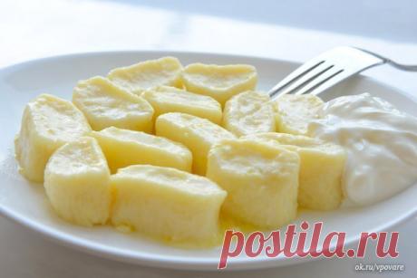 Нежные ленивые вареники в завтраку   Ингредиенты:   - Творог однородный 9% (протертый) – 500 г  - Мука – 1 чашка (объем чашки 0,25 л)  - Яйцо – 2 шт.  - Сахар – 50 г  - Масло сливочное – 50 г  - Специя: Ванилин – 0,5 г  - Соль по вкусу для варки  - Сметана для подачи