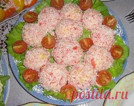 """Закуска """"Рафаэлло"""" - вкусное и красивое блюдо из яиц, сыра и чеснока - обязательно порадует ваших гостей.  Ингредиенты:  Сыр - 200 г Яйца - 4 шт. Чеснок - 3-4 зубчика (20 г) Крабовые палочки - 1 упаковка (200 г) Майонез - 3 ст. л. (100 г) Салатные листья (для подачи)  Приготовление:  1. Яйца отварить вкрутую и натереть на мелкой терке. 2. Добавить сыр, натертый на мелкой терке. 3. Добавить чеснок, выдавленный через пресс, и майонез. Хорошо перемешать. 4. Из приготовленной ..."""