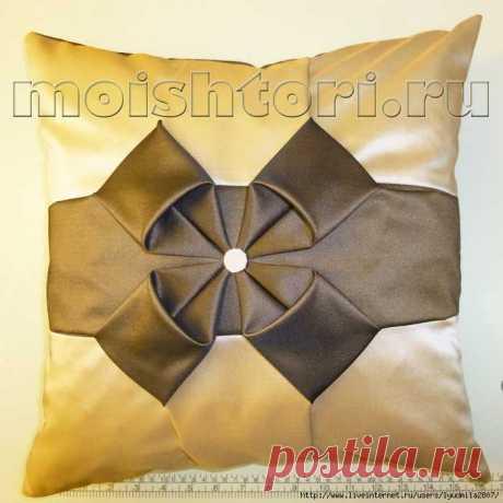 La almohada decorativa con la bufom-flor