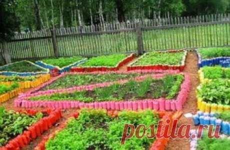 Los artículos para la casa de campo y el jardín por las manos: del árbol, las botellas de plástico, las cubiertas y los neumáticos