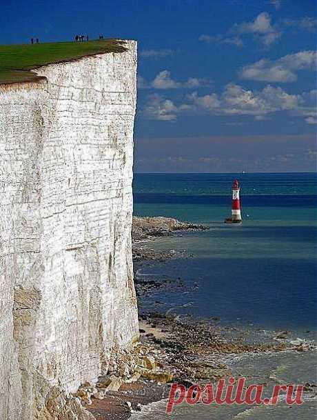 Мыс Бичи-Хед, Великобритания.    Мыс Бичи-Хед - одно из самых красивых мест Объединенного Королевства. Это самый высокий меловой морской утес в Великобритании, возвышающийся на 162 метра над уровнем моря. Отсюда открываются великолепные виды на море и окружающие берега