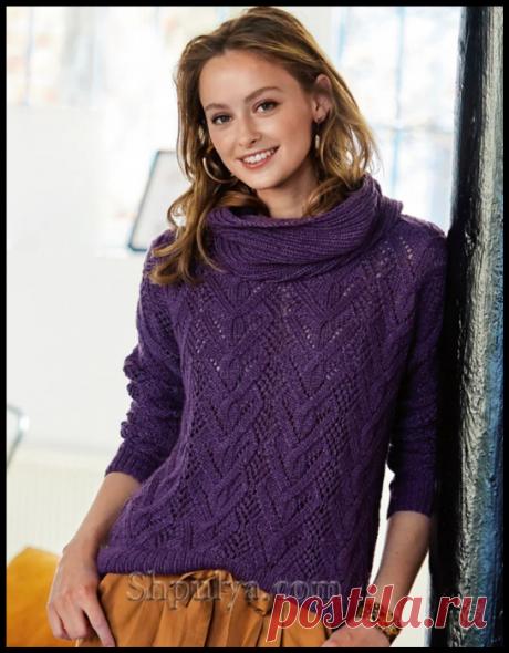 Фиолетовый пуловер с ажурным узором из «кос» и снуд спицами