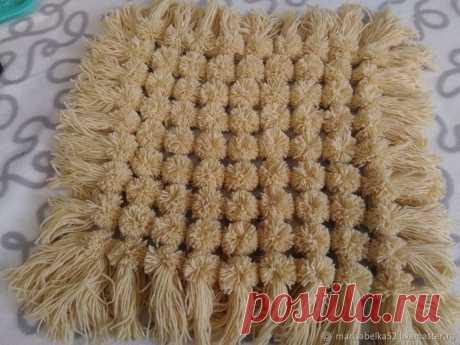 Создаем коврик-накидку на табурет из помпонов Сегодня хочу показать вам мастер-класс по изготовлению коврика-накидки на табурет размером 40х40 см.У каждого своя техника плетения, вязки таких ковриков.