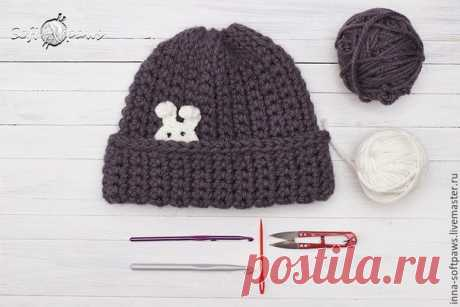 We knit a cap from a thick yarn a hook\u000aIt is required to us: \u000a1. A gray yarn – 200 grams \/ 150 m, wool + acryle. \u000a2. Hook No. 8. \u000a3. Materials for application – at me are a white yarn and a hook. \u000aTo show completely …