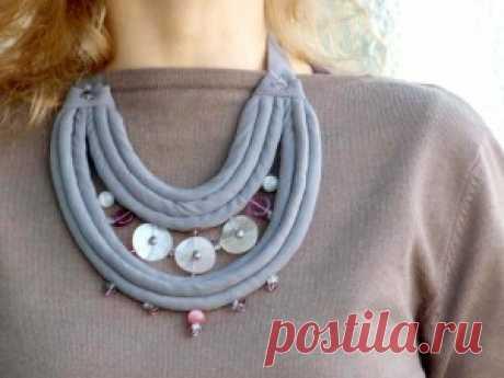 Шелковые ожерелья Летом меня попросили сделать африканское ожерелье из тканевых жгутов и всевозможных бусин. Зимой вспомнила о таком опыте, но к шерстяным вещам летние ткани не…