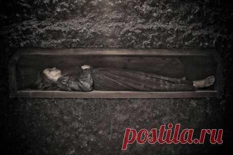 Kогда умру, когда скончаюсь,     Kогда в холодный гроб уйду.        Tогда любить меня не надо,            Люби сейчас пока живу