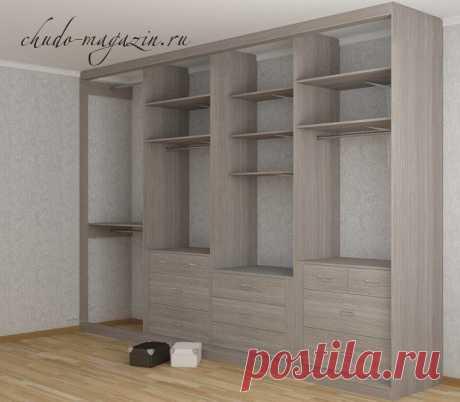 Встроенный шкаф с открытыми полками вдоль стены по своим размерам