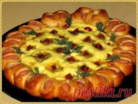 Праздничная нарядная пицца!  Дрожжевое тесто - 300 гр., + Ваши любимые сосиски - 6 шт., + кетчуп, + болгарский перец - 1 шт., + Ваш любимый твёрдый сыр - 200 гр., + майонез, + яйца - 1 шт-для смазки.  Раскатать тоненько дрожжевое тесто на присыпанном мукой столе. Переложить на противень для выпекания. На тесто уложить кружочком кусочки сосисок, сначала порезав вдоль, затем поперёк на 3 части. Загнуть края теста за сосиски и прижать тесто по-плотнее. Сделать надрезы между к...