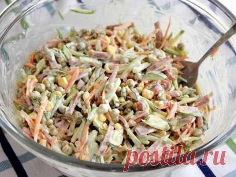 Салат, который не надо варить Вот новый салатик... И то, ничего варить не надо, все порезал и готово! Понадобится (всего по вкусу): сырая морковь колбаса маринованные огурцы