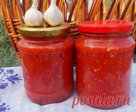 АДЖИКА БЕЗ ВАРКИ помидоры — 4 кг перец болгарский — 1,5 кг перец чили — 3 шт. чеснок — 200 г уксус (9%-ный) — 200 мл соль — 2 ст.л. Как приготовить холодную аджику из перца: 1. Помидоры сначала вымоем, а затем обсушим. 2. Перец болгарский точно так же как и помидоры, вымоем и обсушим. 3. Теперь обрежем болгарским перцам плодоножки. А вот семечки можно не удалять. И это большой плюс, ведь они придают очень своеобразный вкус аджике! 4. Подготовим перчик чили и чеснок. У перц...