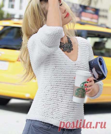 Белый пуловер  Простой белый пуловер, выполненный платочной вязкой, абсолютно универсален и необходим в гардеробе в любой сезон.  Размер   S (M) L   ВАМ ПОТРЕБУЕТСЯ Пряжа (60% хлопка, 40% полиакрила; 70 м/50 г) 450 (500) 550 г белой; спицы №7 и 10.  УЗОРЫ И СХЕМЫ  ПЛАТОЧНАЯ ВЯЗКА Лицевые и изнаночные ряды — лицевые петли, при этом лицевые ряды всегда вязать спицами №10, изнаночные ряды — спицами №7.  ПЛОТНОСТЬ ВЯЗАНИЯ 12 п. х 18 р. = 10 х 10 см, связано платочной вязкой сп...