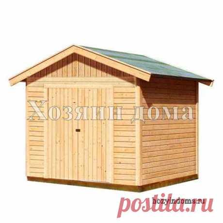 Классический деревянный хозблок с двухскатной крышей и распашными дверями.