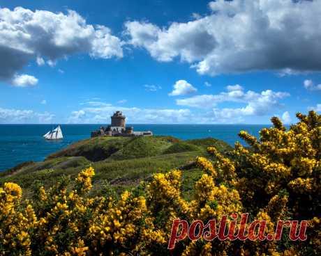 Картинки франция, побережье, небо, крепость, brittany, fort la latte, облака, природа - обои 1280x1024, картинка №398951