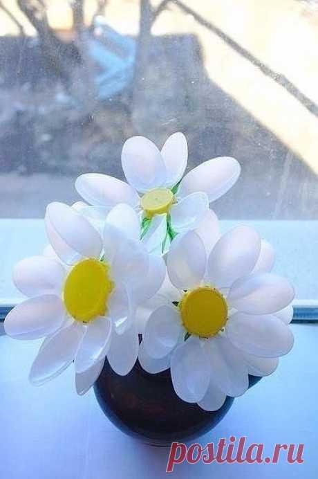 Симпатичные цветочки из пластиковых ложек