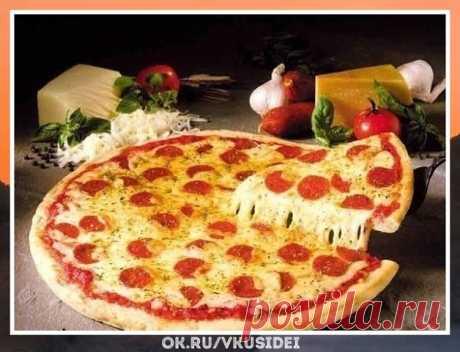 Сногсшибательный рецепт.  Невозможно оторваться! 9 рецептов для любителей пиццы Как же аппетитно выглядит.   Сохраняй себе!  1.Пицца с вкусным краешком  Ингредиенты:   150мл тёплой воды  0.5 ч.л. сахара  0.5 ч.л. соли  2 ст. ложки оливкового или растительного масла  8 г сухих дрожжей (1 ч.л)  1.5 ст. муки  Приготовление:  Сахар размешать в воде, добавить дрожжи и поставить в теплое место минут на 10. Муку просеять, добавить соль, масло и подготовленные дрожжи, хорошо выме...