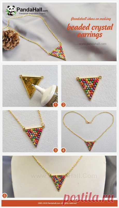 Ожерелье с треугольной подвеской из разноцветными бусинами