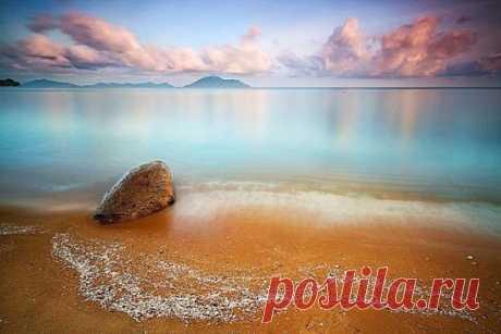 """Притча. Человек увидел на берегу моря красивый округлый камень, и решил научиться у воды создавать красоту.  Он взял в руки молот и стал бить по осколку скалы, стараясь округлить и отшлифовать его. Но камень кололся, и внутри него побежала паутина трещин. Тогда человек пошел к морю и спросил: - Почему у тебя получаются красивые, округлые, гладкие камни, а у меня - нет? И море ответило: - """"Ты бьешь, а я - ласкаю..."""""""