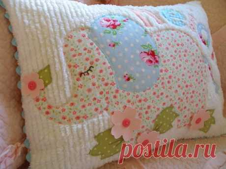 decorativo de la vendimia, almohadas y juguetes de los niños en la técnica de chenilla.
