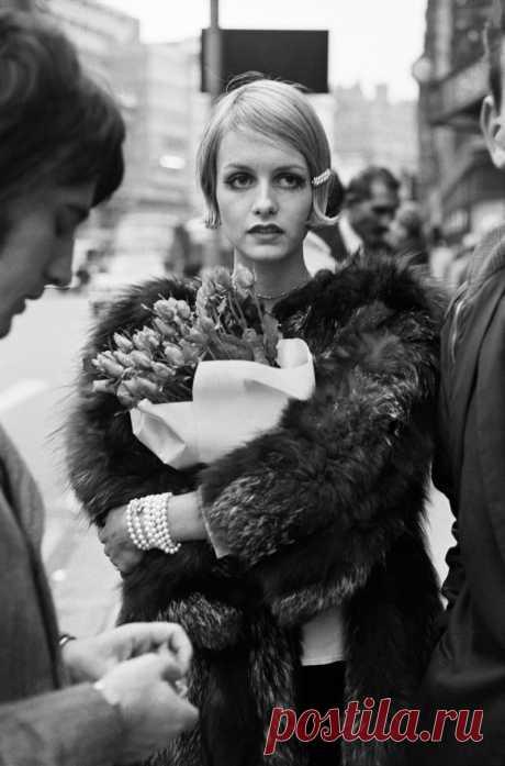 Твигги (наст.имя — Лесли Хорнби, англ. Lesley Hornby) – английская супермодель 60-х годов, а также актриса и певица, совершившая настоящую революцию в мире моды. Ее имя, а точнее, псевдоним Твигги происходит от английского слова «twig» — тростинка, и означает буквально «хрупкая», «тонкая».