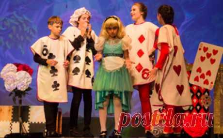 """Никто лучше детей не знает, что такое сказка. Поэтому, когда в сказочном спектакле играют дети, на сцене рождается настоящее чудо. Предлагаю всем желающим посмотреть фотографии сцен из мюзикла по моей пьесе в стихах «Алиса в Стране Чудес», в исполнении Академии Музыки и Театра """"Star School"""" из Канадского города Торонто."""
