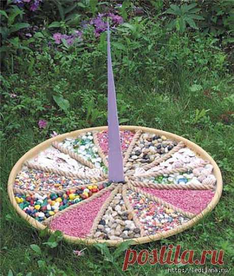 """Мастер-класс для дачи """"Солнечные часы"""". Эти солнечные часы станут украшением для вашего участка, они могут украсить и газон, и цветник, и каменистый садик, и уголок отдыха! Такое вы вряд ли встретите где-либо еще. Они похожи на коллекцию ярких самоцветов."""