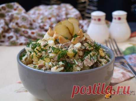 Картофельный салат с говядиной Картофельный салат с говядиной - вкусный и сытный салат для разнообразия вашего повседневного меню. Такой салат можно подать к завтраку или ужину. Мясо лучше сварить заранее, это ускорит приготовление салата.