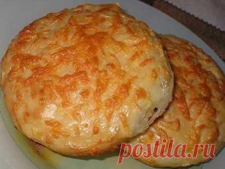 Сырные булочки - очень вкусная выпечка    Ингредиенты:  1. 150 граммов сыра гауда (потереть на мелкую терку)+100 граммов для посыпки.  2. 1 ч. ложка с небольшой горкой сухих дрожжей  3. 0.5 ч. ложки соли  4. 1 ч. ложка сахара  5. 250 миллилитров теплой воды  6. 2 ст. ложки растительного масла  7. 3-3.5 стакана муки