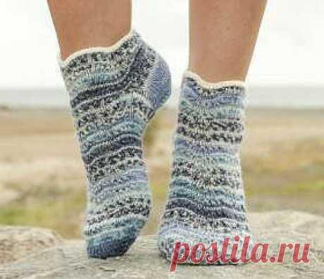 Симпатичные носки спицами для женщин с укороченным голенищем, связанные из тонкой носочной пряжи секционного крашения.