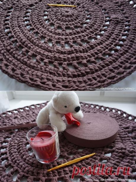 Уютный круглый коврик крючком из трикотажной пряжи.