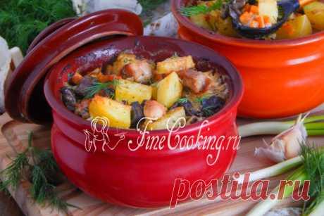Картошка с курицей и грибами в горшочках И снова у нас простое и вкусное блюдо - готовим ароматную, нежную и сочную картошку с грибами и курицей.
