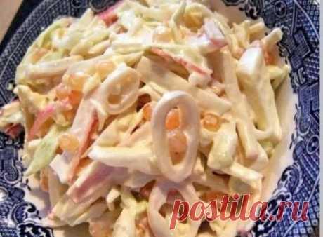 Салатики из кальмаров получаются очень нежными, а главное морепродукты такие богатые витаминами и микроэлементами.  ТРИ ПРОСТЫХ САЛАТИКА С КАЛЬМАРАМИ  1. Салат «Мартовский»  Ингредиенты на 500 грамм кальмаров:  -5 свежих огурчиков; - банка консервированных ананасов; -5 яиц; -густой майонез; - лимон.  Приготовление:  1. Подготавливаем кальмаров для салата Для приготовления салата с кальмарами, надо подготовить их. Стоит покупать тушки, которые сначала чистят, ошпаривая кип...