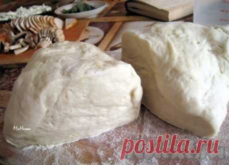 Рецепт теста для пиццы в хлебопечке - рецепт с фото Тесто для пиццы готовится на основе рецепта от известного британского повара Джейми Оливера. Его можно замесить собственноручно, а можно поручить хлебопечке. Мне очень нравятся пиццы на тонком тесте, поэтому и решила познакомить Вас с этим замечательным рецептом. Из предлагаемого количества ...