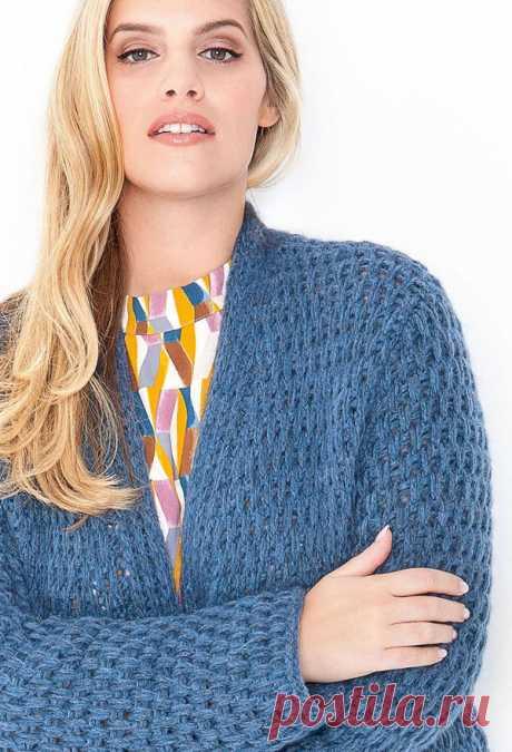 Мода PLUS.Длинный теплый кардиган с карманами, полностью связанный узором со снятыми петлями, – незаменимая вещь в холодную погоду.