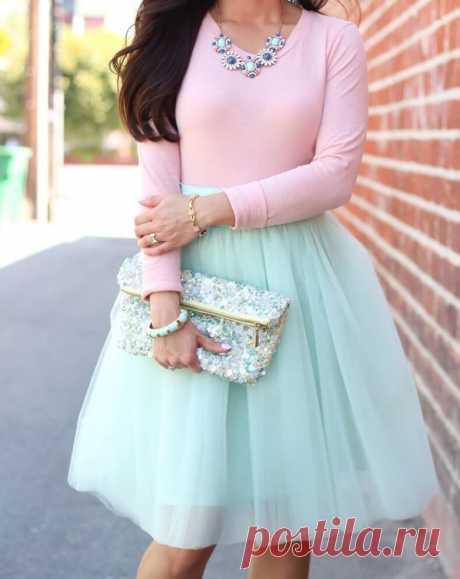 Розовый цвет, с чем сочетается в одежде: фото стильных образов. Традиционно розовый считался исключительно девичьим цветом. И этот стереотип активно эксплуатируют производители товаров для детей: розовым пестрят витрины товаров для новорожденных малышек и девочек школьного возраста. Сочетание розового цвета и его оттенков в одежде — это нежные, дерзкие гаммы. Тона в паре с другими могут менять образ.