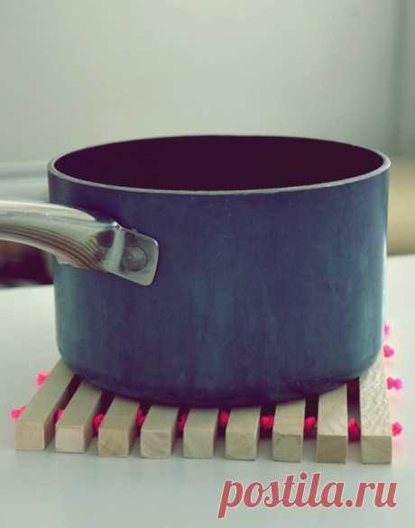 Как сделать деревянную кухонную подставку под горячее Эта удобная и простая в изготовлении подставка под горячее для вашей кухни - отличная идея, особенно если вы всегда в поисках, куда каждый раз ставить сковороду или кастрюлю снятую с плиты. Она сделана из простых деревянных реек в сочетании с неоновым канатом, который придает современный и забавный