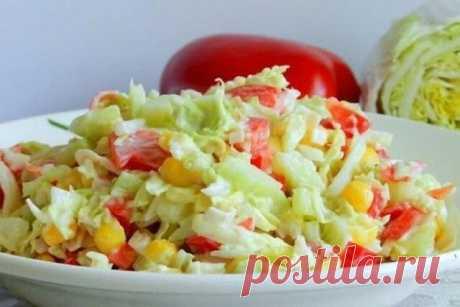 Сытный салат, который с успехом заменит второе блюдо: в нем есть и куриное мясо, и зеленый «гарнир».  ИНГРЕДИЕНТЫ:   капуста пекинская 1 кочан  огурцы 2 шт.  куриная грудка 1 шт.  перец сладкий болгарский 1 шт.  кукуруза консервированная 1 банка  сметана 15% по вкусу  зелень по вкусу  соль по вкусу  ПРИГОТОВЛЕНИЕ:   1. Небольшой кочан пекинской капусты вымыть, тонко нашинковать, переложить в салатник.  2. Отваренную грудку освободить от костей и кожи, нарезать небольшими к...