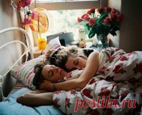 Женщине, чтобы лечь в постель с мужчиной, необходимо ощущение близости, доверия и прочности связи. Мужчине — главным образом — место…