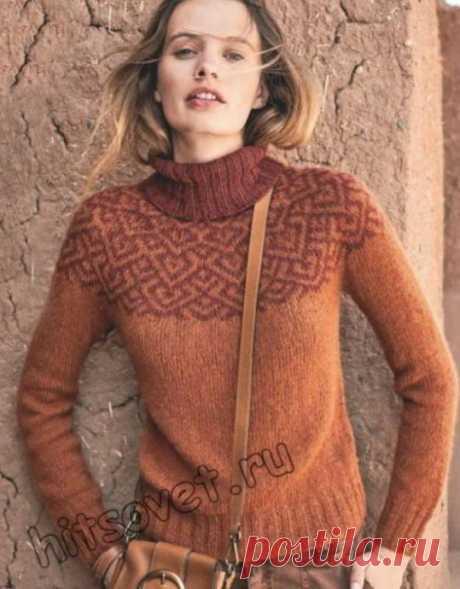 Модная модель женского вязаного свитера с круглой жаккардовой кокеткой спицами